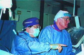 ハワイ大学クイーンズ・メディカルセンターで心カテーテル治療の指導を行う三角医師