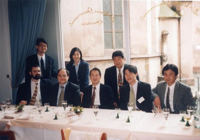 1995 年に幕内グループの一員としてフランス・ストラスブルグでの国際学会に参加(後列の一番左が高山医師)