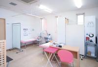 さまざまな検査機器の置かれた検査室