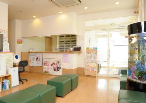 患者がリラックスできるよう、アクアリウムも置かれている待合室