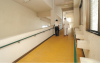 長距離の歩行訓練のために設けられた院内のスロープ