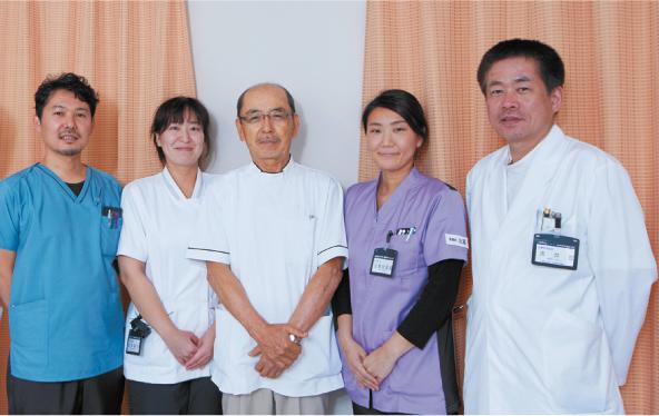 左から藤田部長、荻野作業療法士、髙橋院長、 比嘉看護師、浅井副院長
