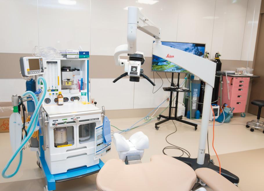 2つの手術を並行して行える程の広さを持つ手術室。全身麻酔のための機器が置かれている