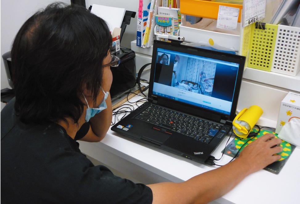 透析中は常にインターネットでの通話で患者の様子を確認する