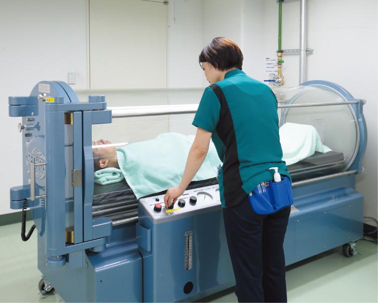 高濃度の酸素を吸入し、病態の改善を図る高気圧酸素療法