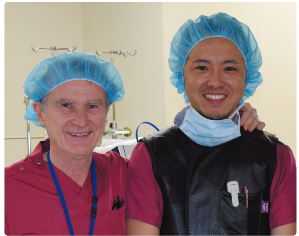 イタリア留学時の恩師アントニオ・コロンボ医師(左)と長沼医師(右)。心臓カテーテル治療の世界的権威であるコロンボ医師の開発した手法を、体格の小さい日本人に合うように改良している